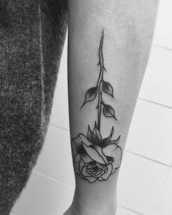 tatouage rose bras - La Rochelle - Niko Bushman